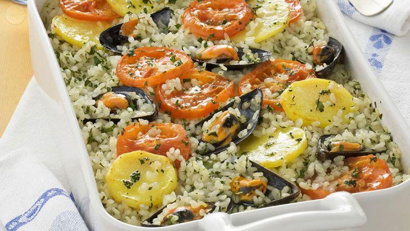 Italian-Sceff-Puglia-Tiella-di-riso,-patate-e-cozze